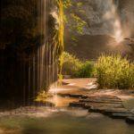 Fontaine naturelle du jardin des fontaine pétrifiante au coucher de soleil
