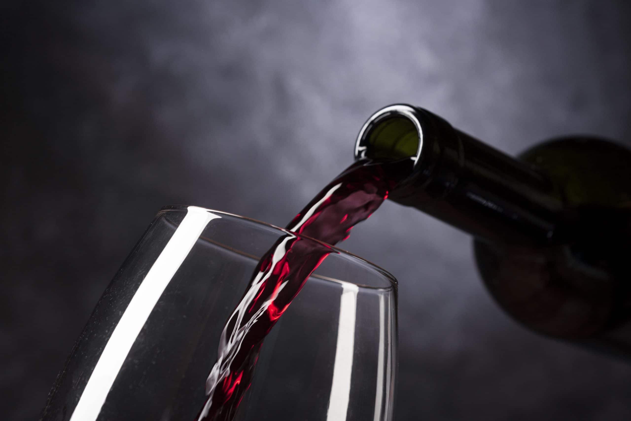 Vin rouge servi dans un verre de vin légèrement penché