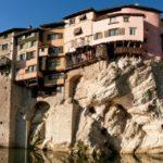 Maisons aux façades colorées suspendues sur une roche au dessus de l'eau à Pont en Royans