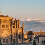 L'Abbaye de Saint Antoine de l'Abbaye dans L'Isère éclairée par le coucher de soleil