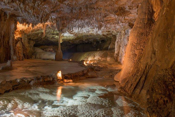 Les Grottes de Choranches, site touristique. Grotte légèrement éclairée, composée de stalactites fistuleuses, de stalgmites et d'eau
